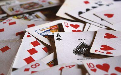 Crno ili Crveno spada u igre sa kartama u dvoje.