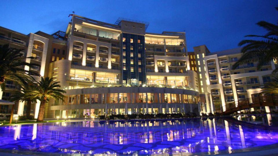 Hotel dari film Casino Royale terletak di Montenegro.