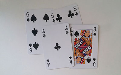 Primjer igre sa kartama koja se zove Tablic.