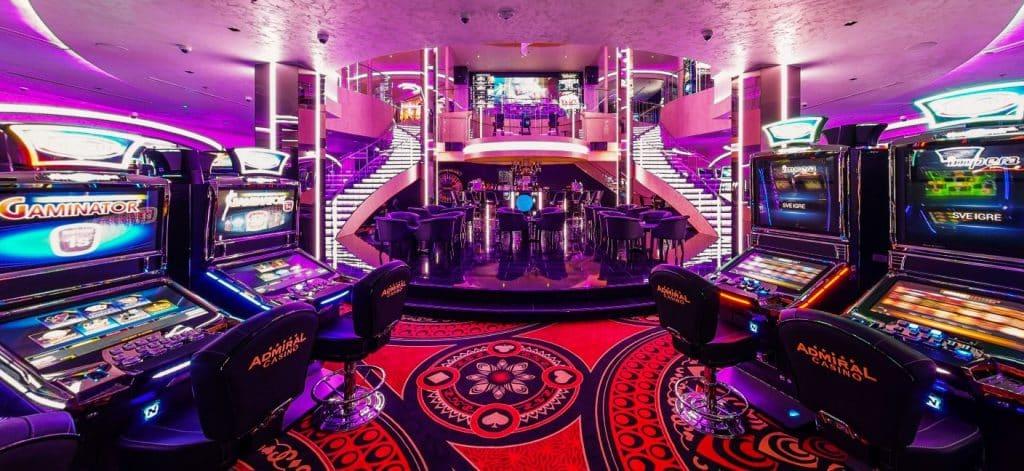 Gambar menunjukkan pemandangan dari pintu masuk ke Grand Admiral Casino.